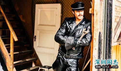 芬兰的汤姆给了一个大胆的同性恋者艺术家太礼貌的电影治疗
