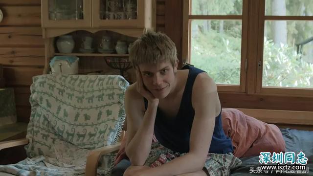 电影《爱砸了》在家里开派对被赶回乡下,看上了邻居家的小帅哥!