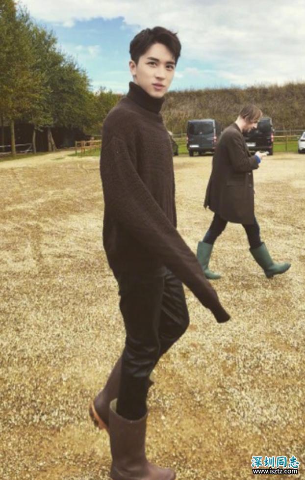 许魏洲雨靴里面穿紧身皮裤,果然是走在时尚前沿的型男