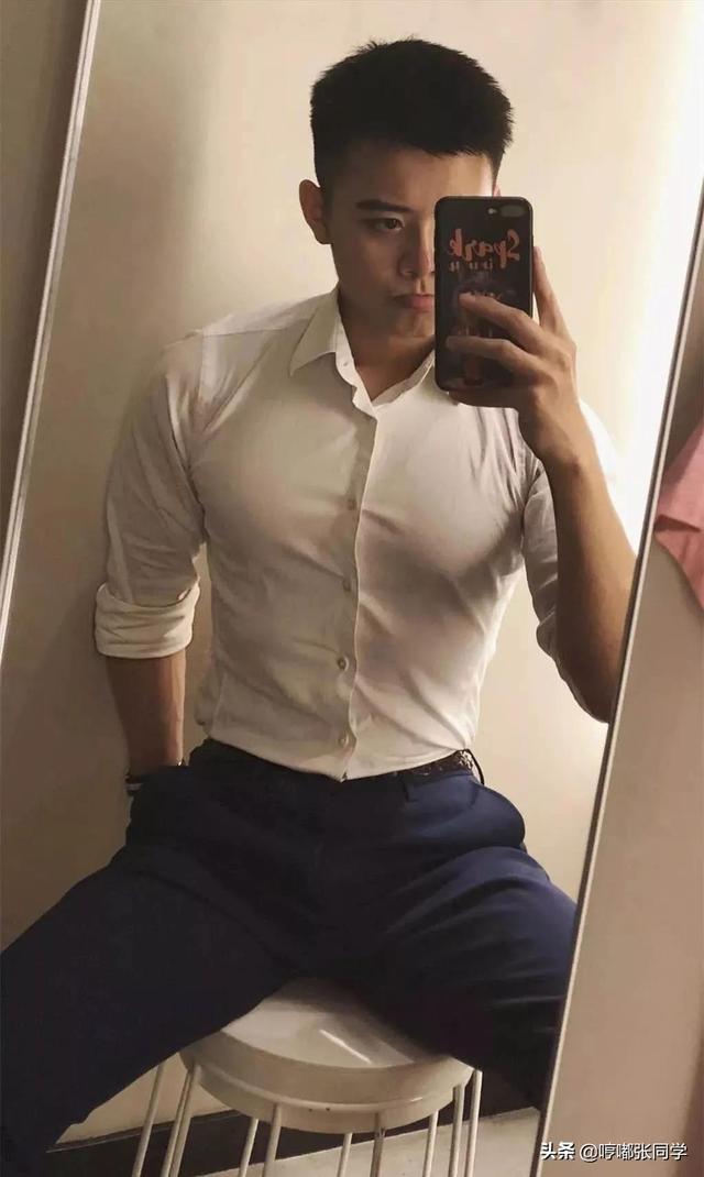 喜欢穿各种衬衫的职场型男,留着寸发男生看起来更加的阳光帅气!